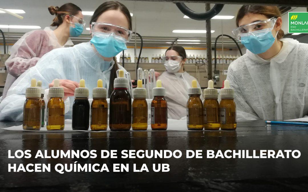 Dos alumnas en un laboratorio de química
